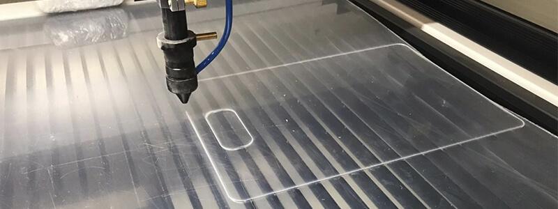 Лазер режет оргстекло
